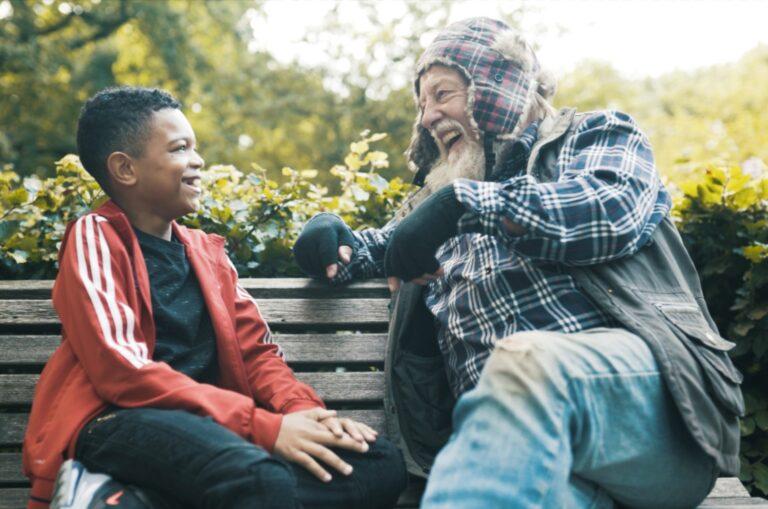 Kansfonds - Jongen en man op bankje