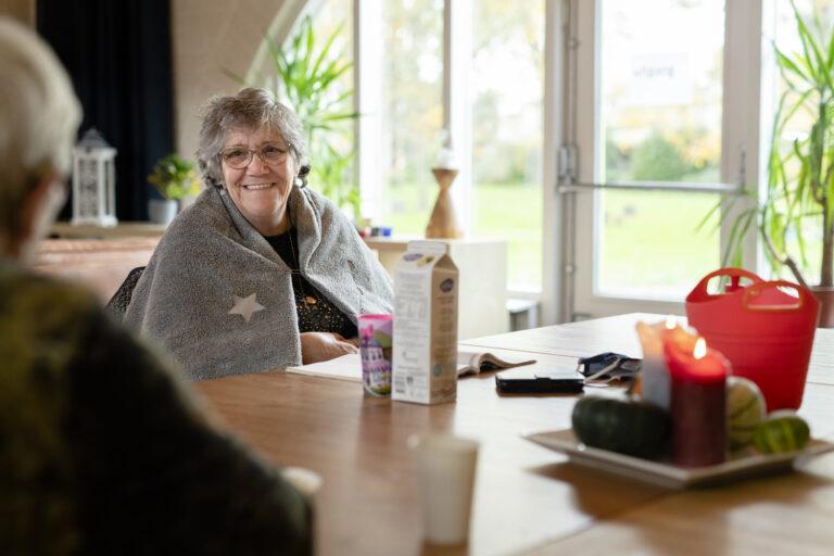 Kansfonds - Bezoeker inloophuis aan tafel