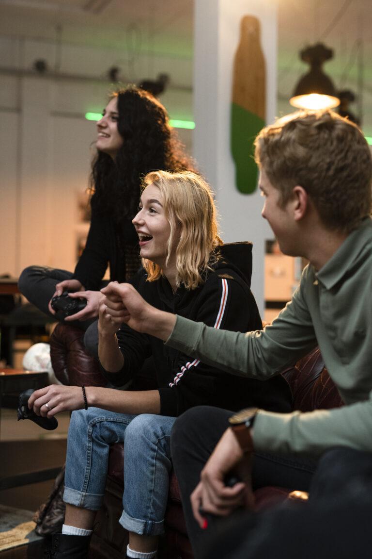 Kansfonds - URBN Village drie jongeren aan het gamen