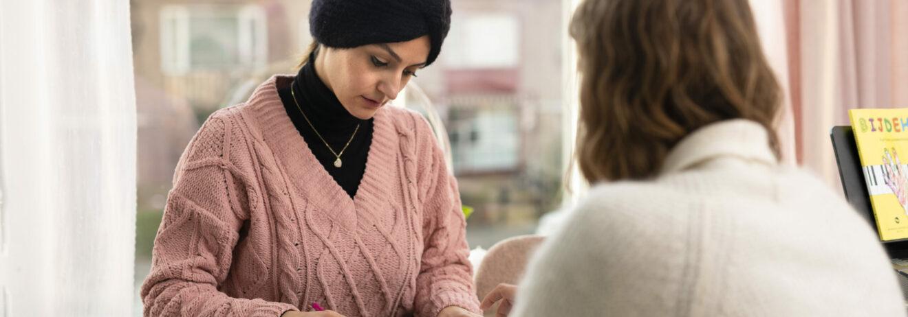vrouwen helpen elkaar