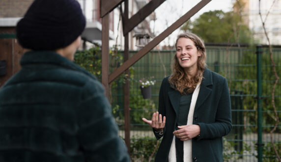 Buurtpastor Elizabeth praat met vrouw