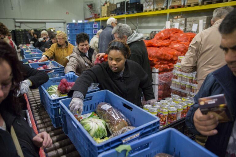 Voedselbank kratjes vullen