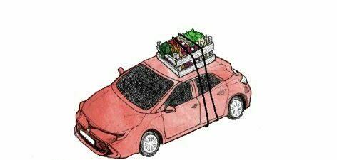 afbeelding donker roze busje met voedselpakket op het dak