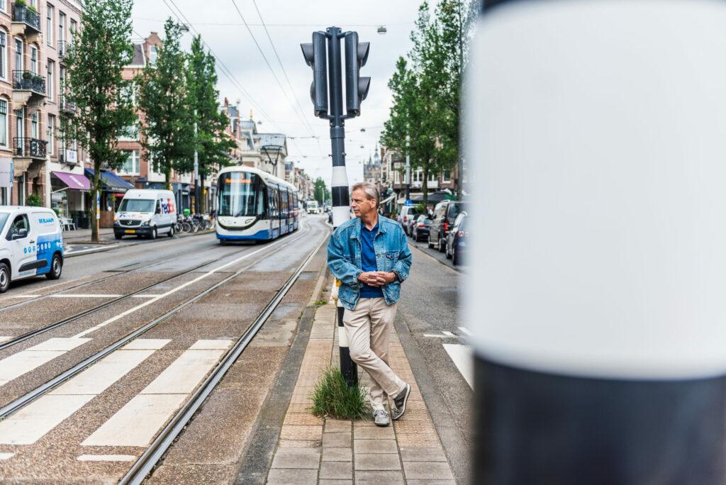 Roeland van Geuns, staand bij stoplicht